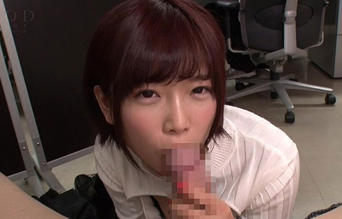 【三次エロ動画】胸開きセーターで誘惑する可愛い同僚のオフィスフェラ!