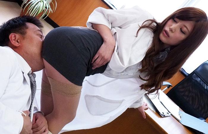 【三次エロ動画】患者の前で脚組んで…誘うスケベ女医の診察セックス!