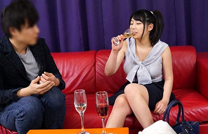 【素人ナンパ】媚薬入りのスパークリングワインを試飲してエビ反り絶頂する巨乳な銀行員 01