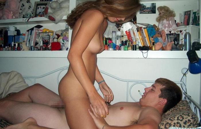 【海外エロ画像】寮生活中にふしだらなセックスパーティーに励む海外の学生たちwww