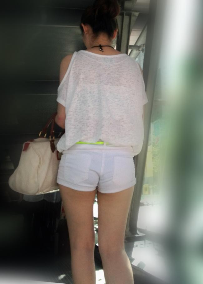 【ハミ尻エロ画像】歩きながら揺れている!ホットパンツ女子の淫らな尻肉www 01