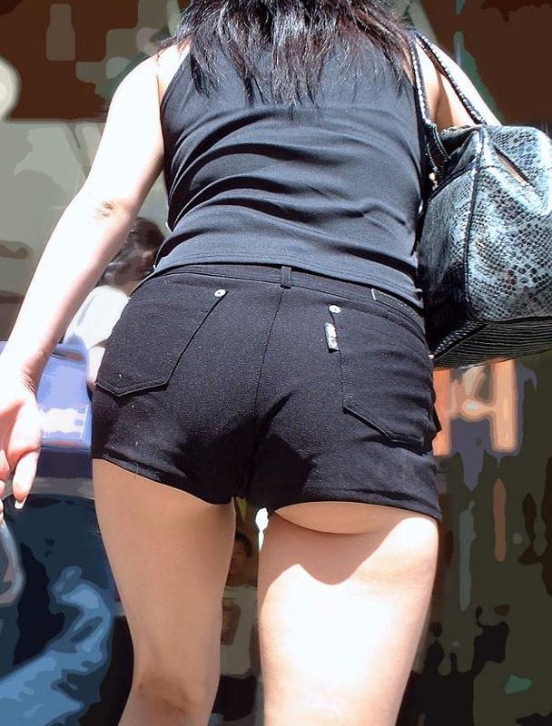 【ハミ尻エロ画像】歩きながら揺れている!ホットパンツ女子の淫らな尻肉www 09