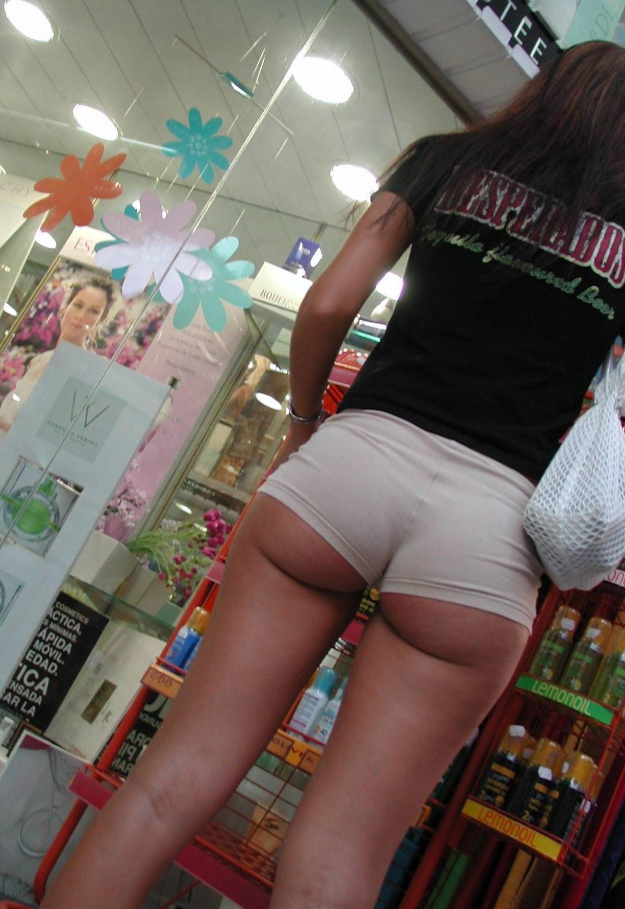 【ハミ尻エロ画像】歩きながら揺れている!ホットパンツ女子の淫らな尻肉www 13