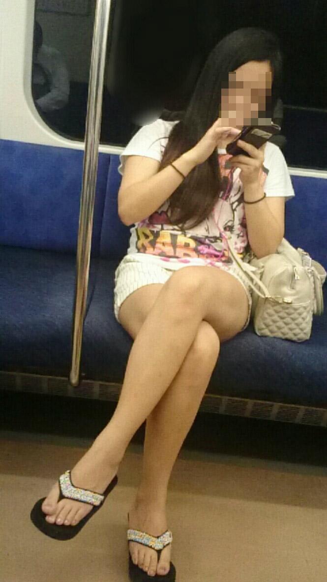 【美脚エロ画像】朝なら今の時間帯からもチャンス!電車のムッチリ美脚撮りwww 11