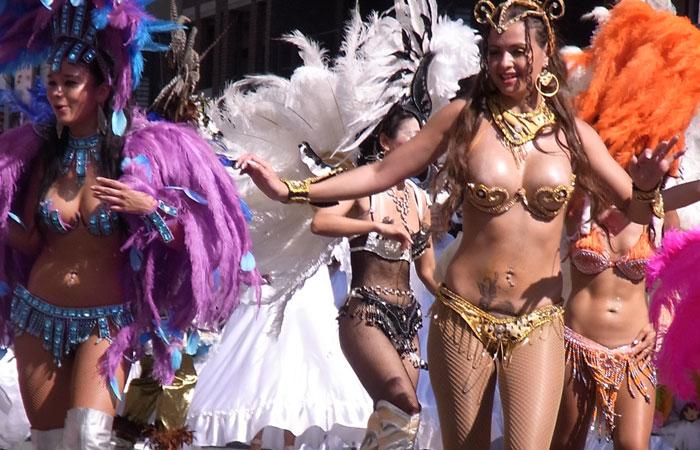 【サンバエロ画像】これでも抑え気味w乳と尻限界まで出して踊るサンバ美女www 001