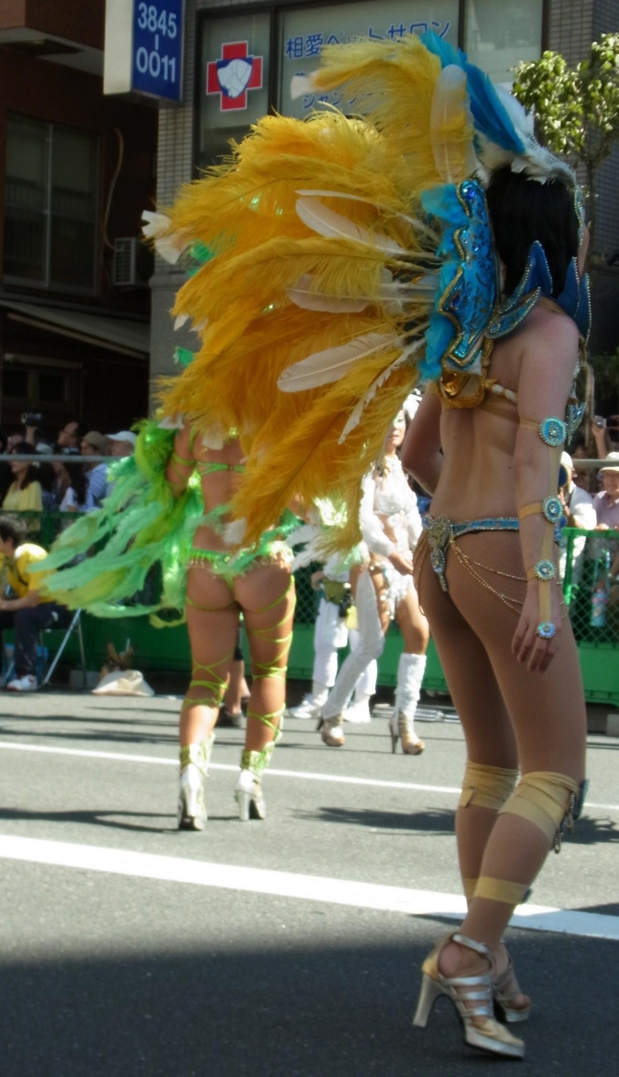 【サンバエロ画像】これでも抑え気味w乳と尻限界まで出して踊るサンバ美女www 02