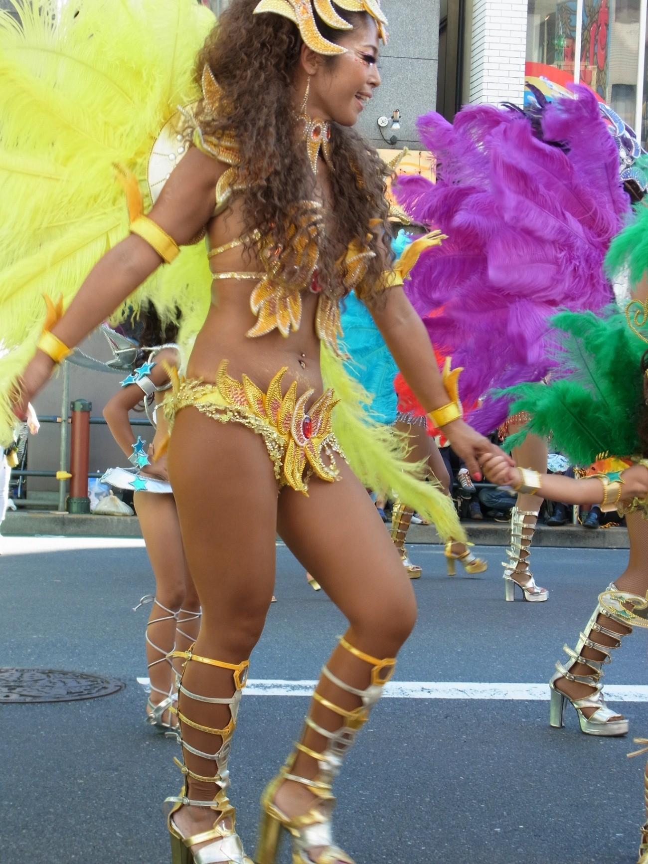 【サンバエロ画像】これでも抑え気味w乳と尻限界まで出して踊るサンバ美女www 03