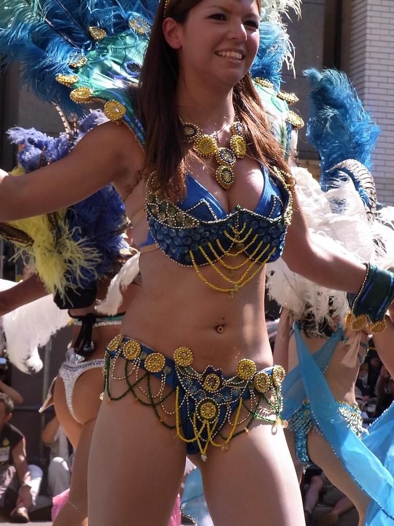 【サンバエロ画像】これでも抑え気味w乳と尻限界まで出して踊るサンバ美女www 05