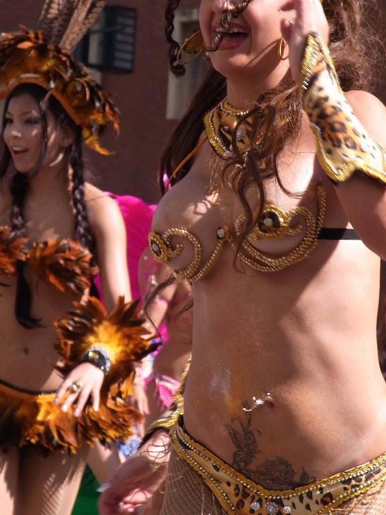 【サンバエロ画像】これでも抑え気味w乳と尻限界まで出して踊るサンバ美女www 09