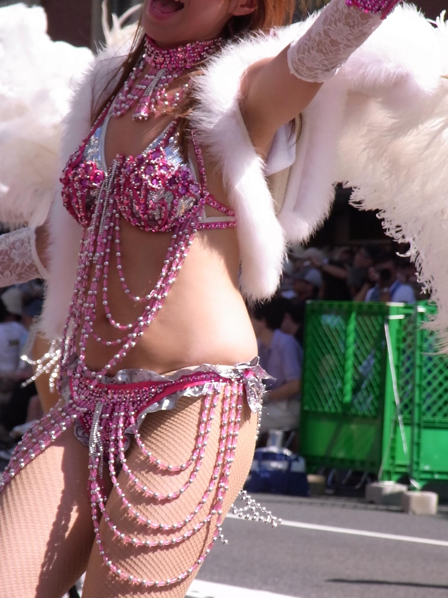 【サンバエロ画像】これでも抑え気味w乳と尻限界まで出して踊るサンバ美女www 10