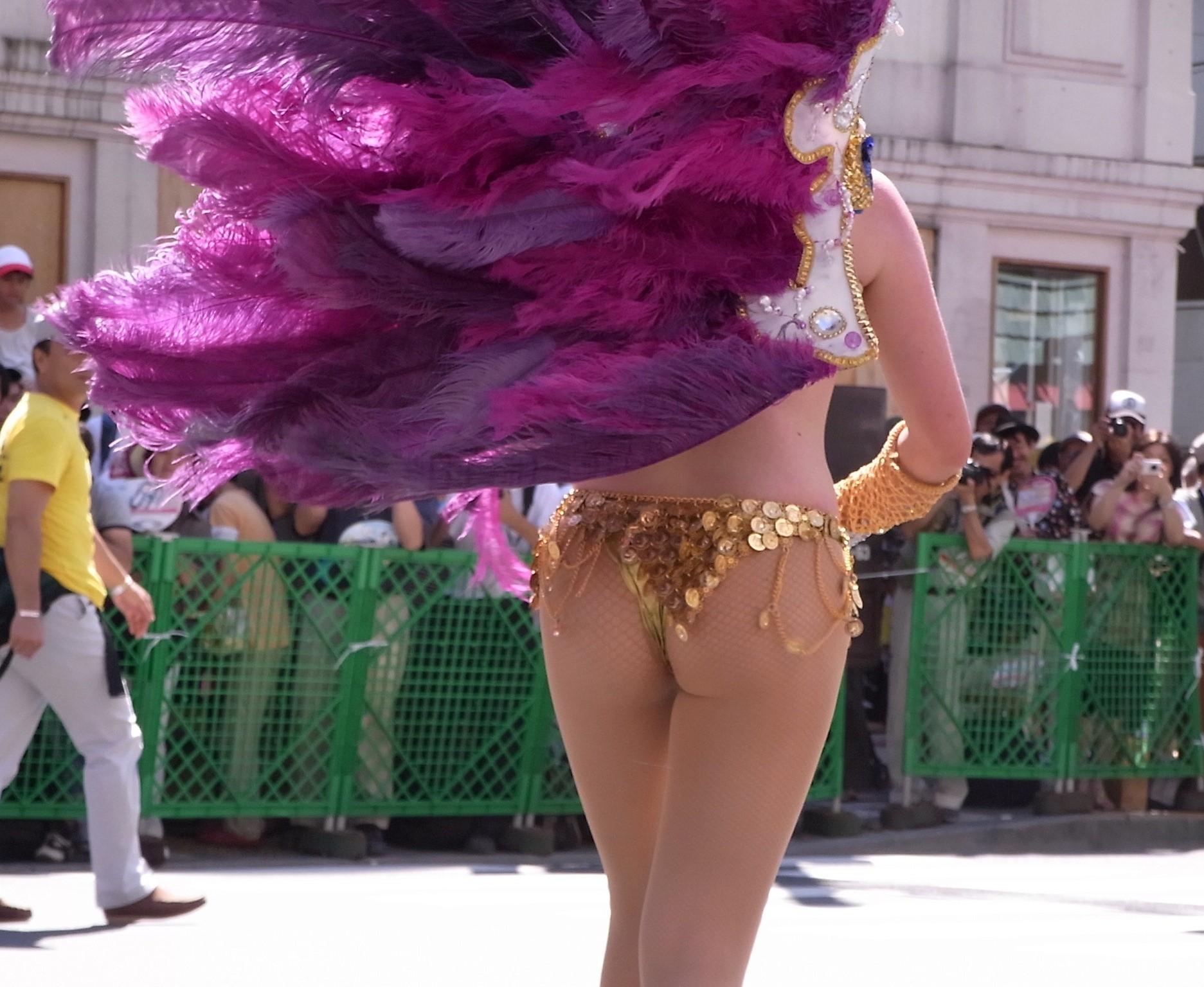 【サンバエロ画像】これでも抑え気味w乳と尻限界まで出して踊るサンバ美女www 11