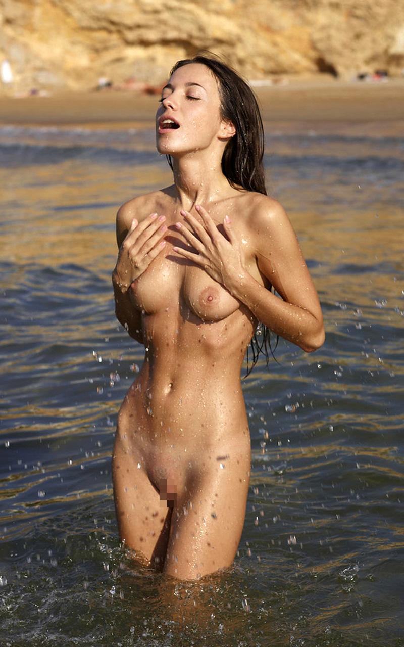 【海外エロ画像】入り浸って好みの裸婦を眺めたい…世界の衝撃ヌーディストビーチwww 13