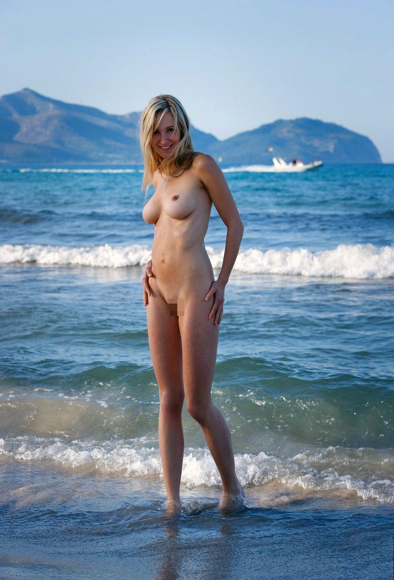 【海外エロ画像】入り浸って好みの裸婦を眺めたい…世界の衝撃ヌーディストビーチwww 15