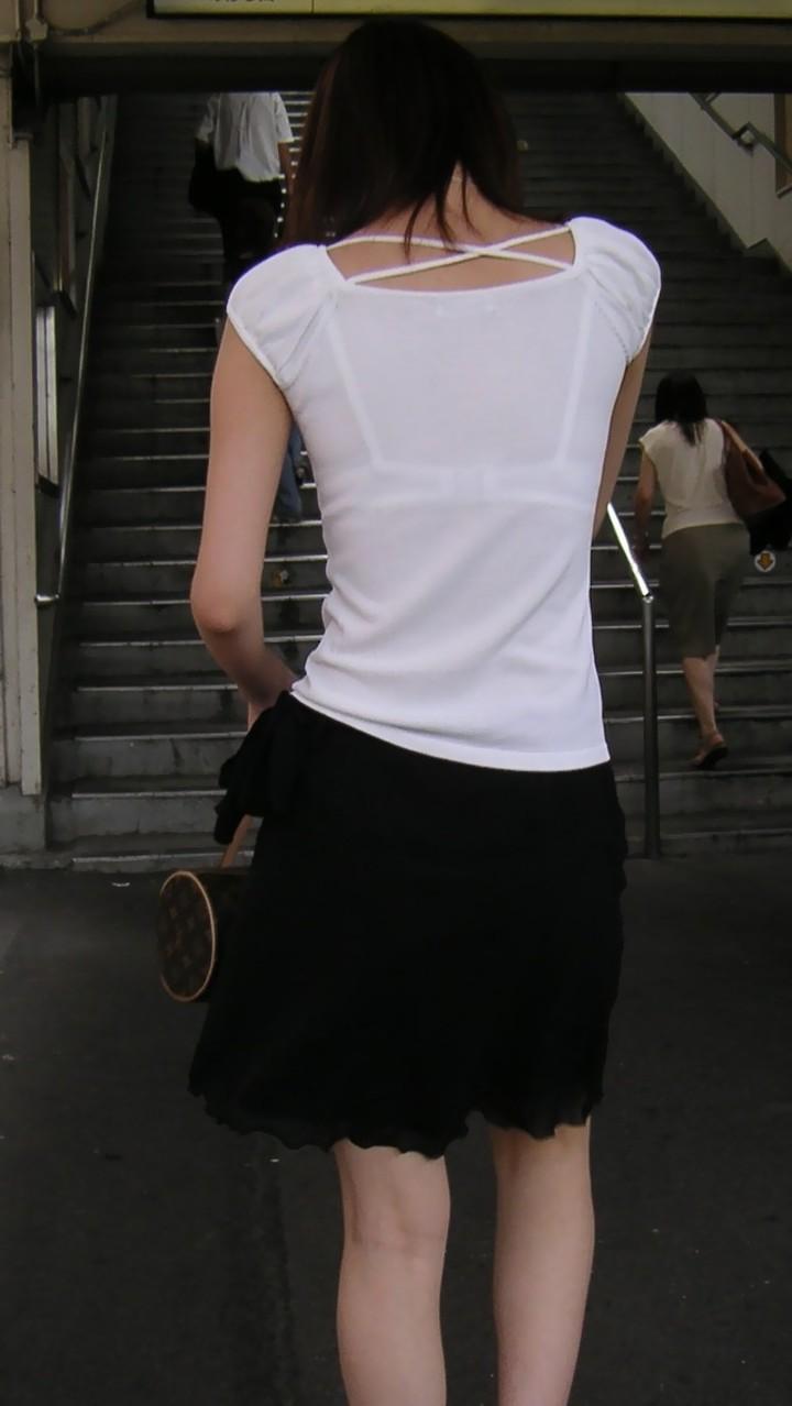 【透けブラエロ画像】また来年のお楽しみw薄着を見たら透けブラのチェックwww 04