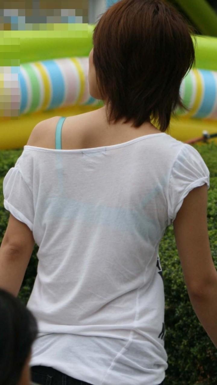 【透けブラエロ画像】また来年のお楽しみw薄着を見たら透けブラのチェックwww 12
