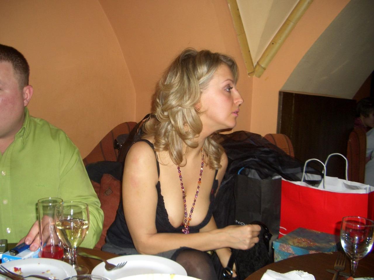 【胸チラエロ画像】本当に乳首まで見えた!?緩いってものじゃない海外乳チラwww 09