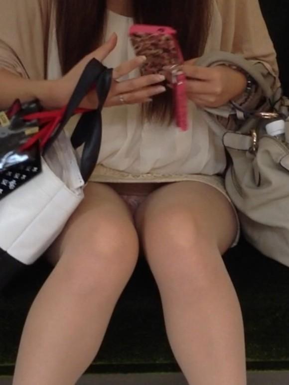 【パンチラエロ画像】猫背はやめときw携帯に夢中で脚開く女のパンチラwww 02