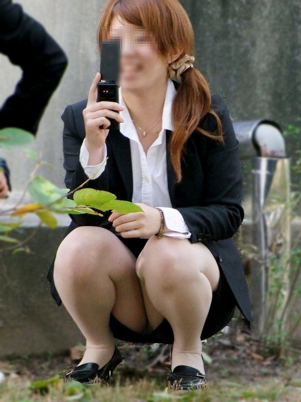 【パンチラエロ画像】猫背はやめときw携帯に夢中で脚開く女のパンチラwww 06
