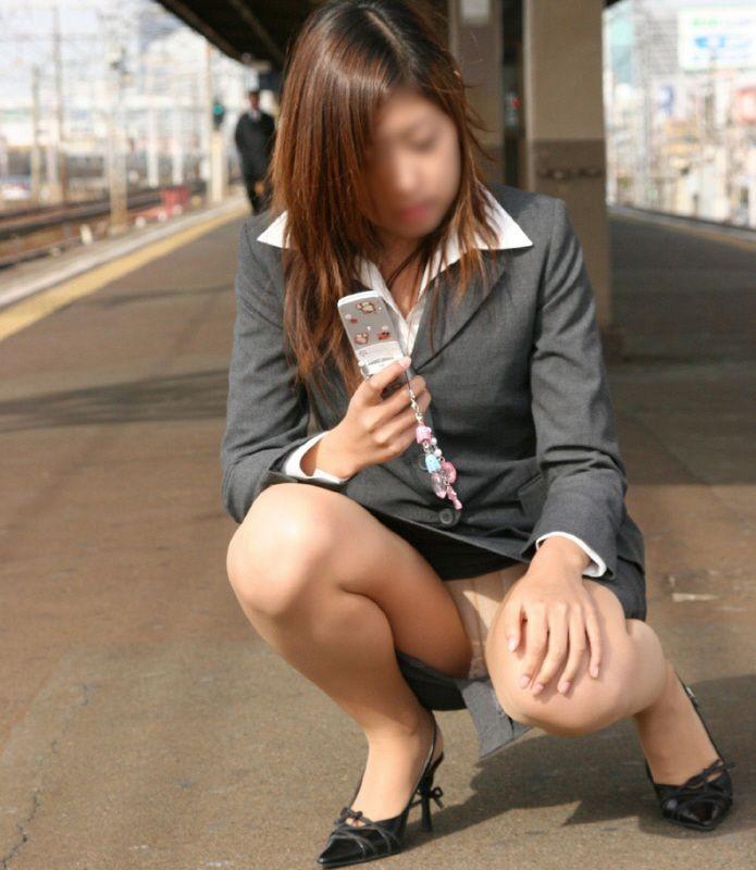 【パンチラエロ画像】猫背はやめときw携帯に夢中で脚開く女のパンチラwww 07