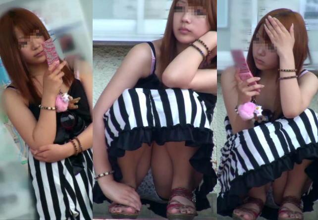 【パンチラエロ画像】猫背はやめときw携帯に夢中で脚開く女のパンチラwww 09