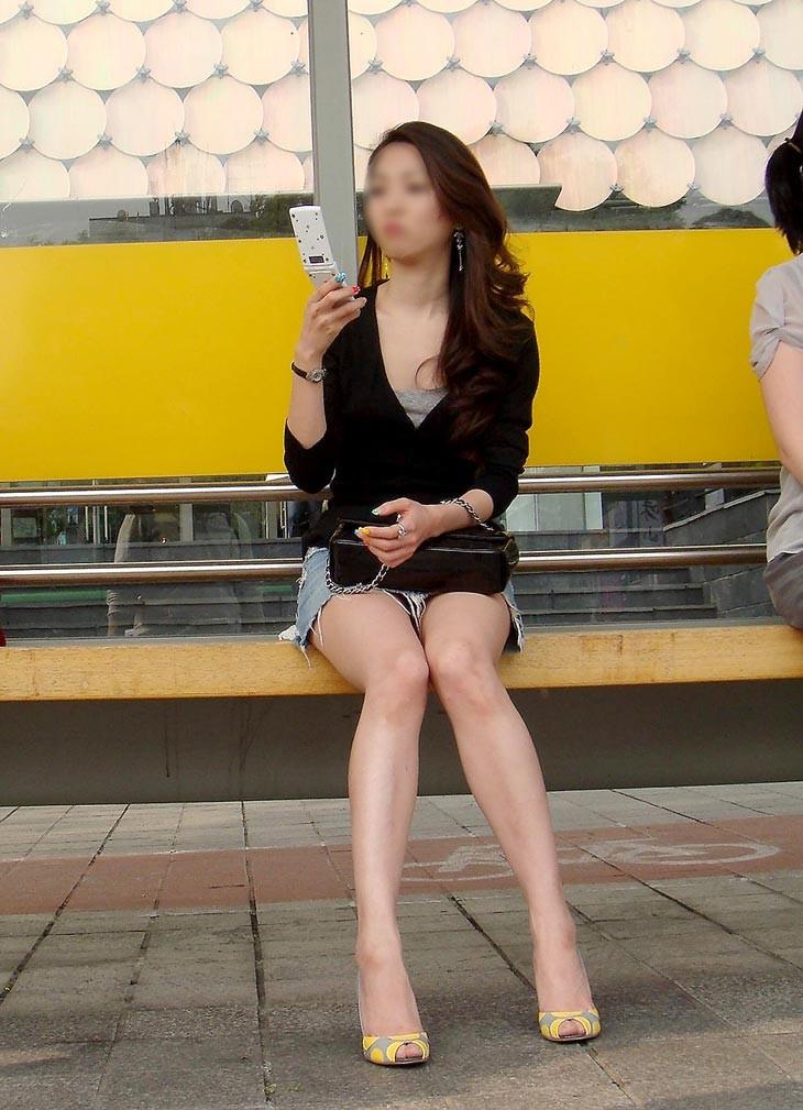 【パンチラエロ画像】猫背はやめときw携帯に夢中で脚開く女のパンチラwww 10