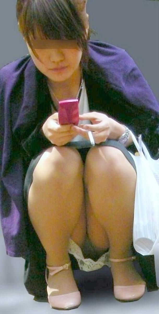 【パンチラエロ画像】猫背はやめときw携帯に夢中で脚開く女のパンチラwww 12