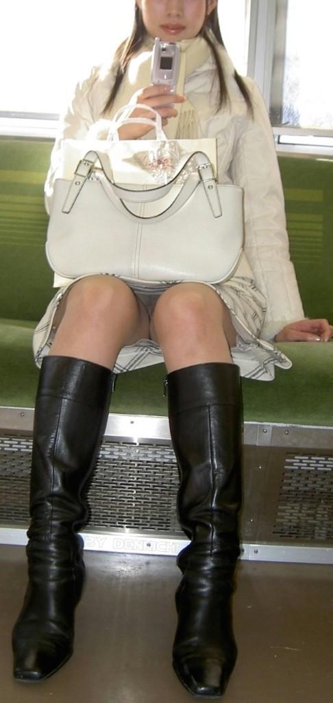 【パンチラエロ画像】猫背はやめときw携帯に夢中で脚開く女のパンチラwww 14