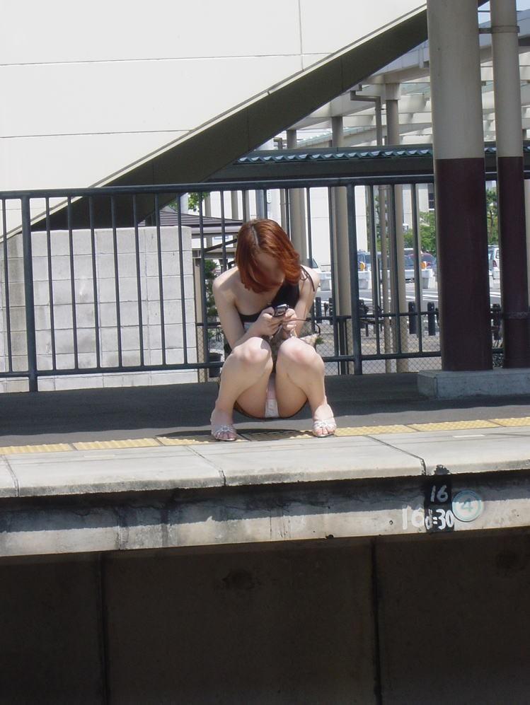 【パンチラエロ画像】猫背はやめときw携帯に夢中で脚開く女のパンチラwww 15