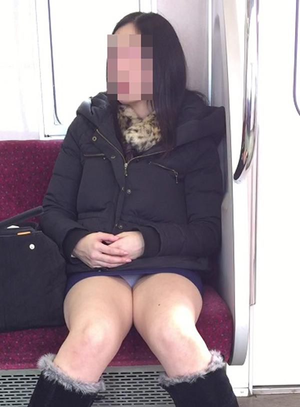 【パンチラエロ画像】対面で見せてくれたら眠気もすっ飛ぶ電車内パンチラwww 06
