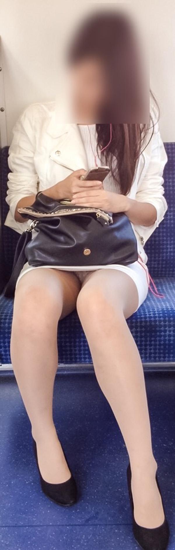 【パンチラエロ画像】対面で見せてくれたら眠気もすっ飛ぶ電車内パンチラwww 09