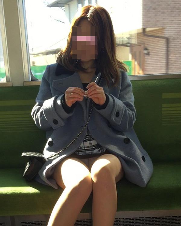 【パンチラエロ画像】対面で見せてくれたら眠気もすっ飛ぶ電車内パンチラwww 10