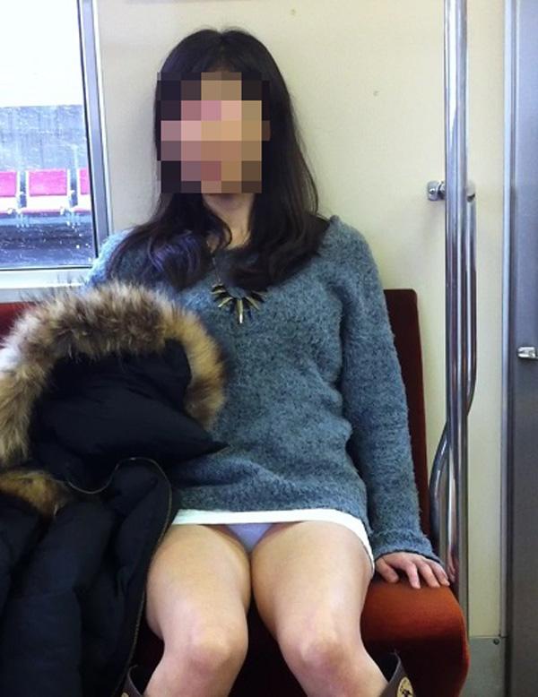 【パンチラエロ画像】対面で見せてくれたら眠気もすっ飛ぶ電車内パンチラwww 12
