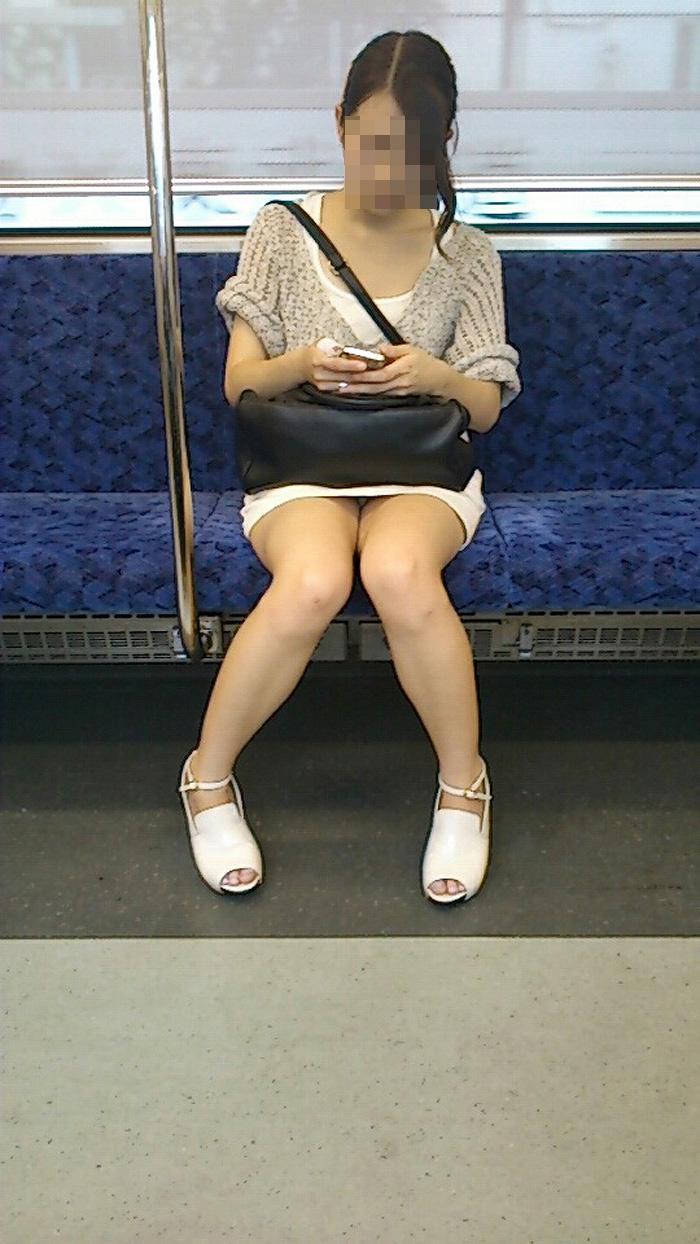 【パンチラエロ画像】対面で見せてくれたら眠気もすっ飛ぶ電車内パンチラwww 13