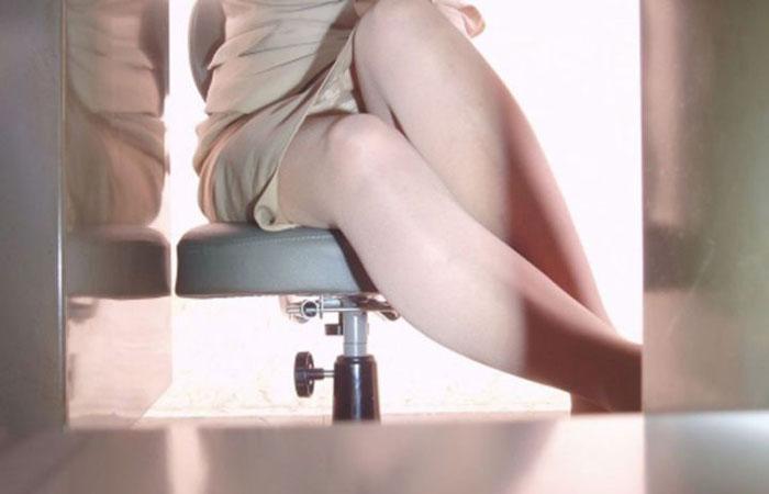 【パンチラエロ画像】机の下に天国が!?仕事中のスカート内部をこっそり激写www 001