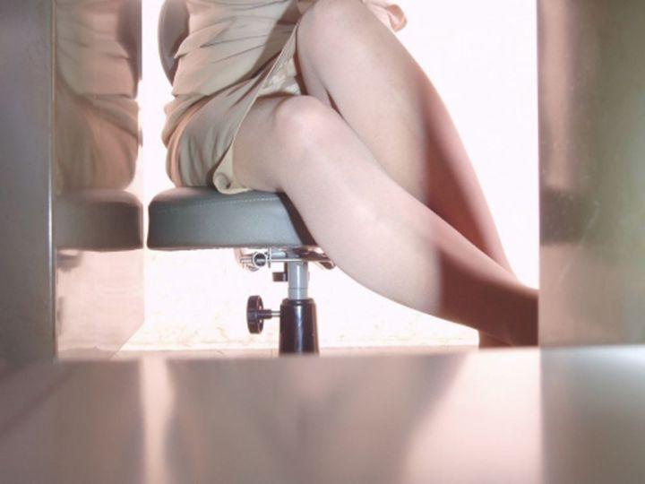 【パンチラエロ画像】机の下に天国が!?仕事中のスカート内部をこっそり激写www 03