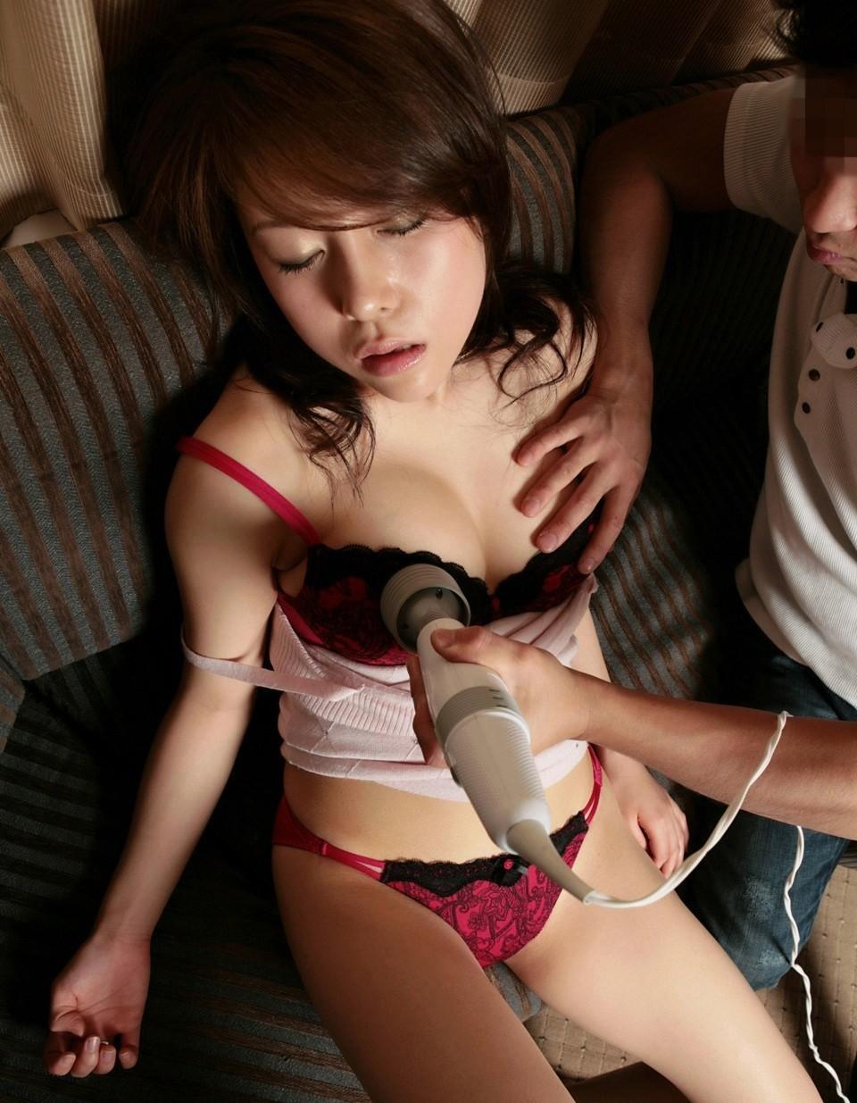 【玩具エロ画像】乳首に振動は相性抜群!玩具でイタズラされるおっぱいwww 02