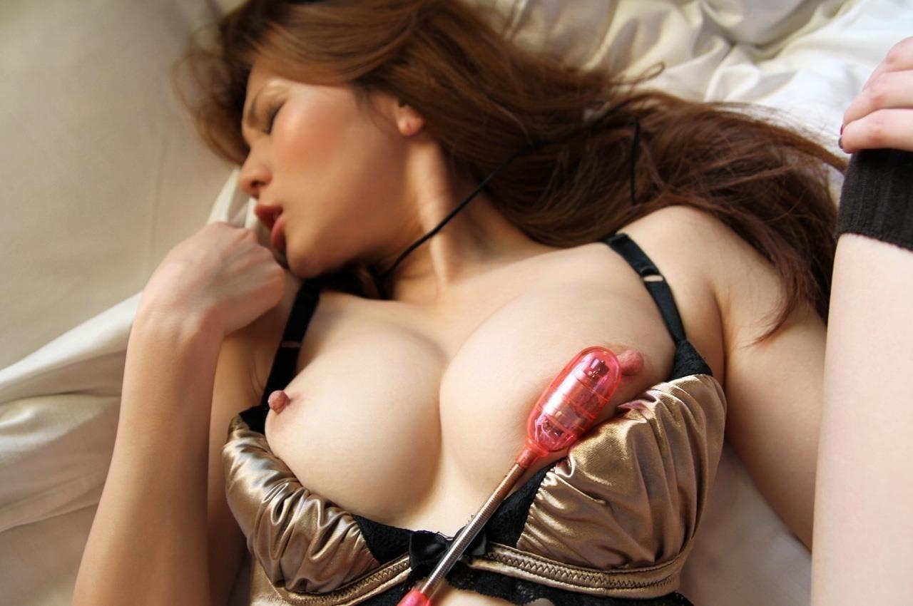 【玩具エロ画像】乳首に振動は相性抜群!玩具でイタズラされるおっぱいwww 05