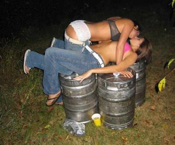 【悪ノリエロ画像】おふざけより性質の悪い外人たちの酔いどれエロノリ行為www 09
