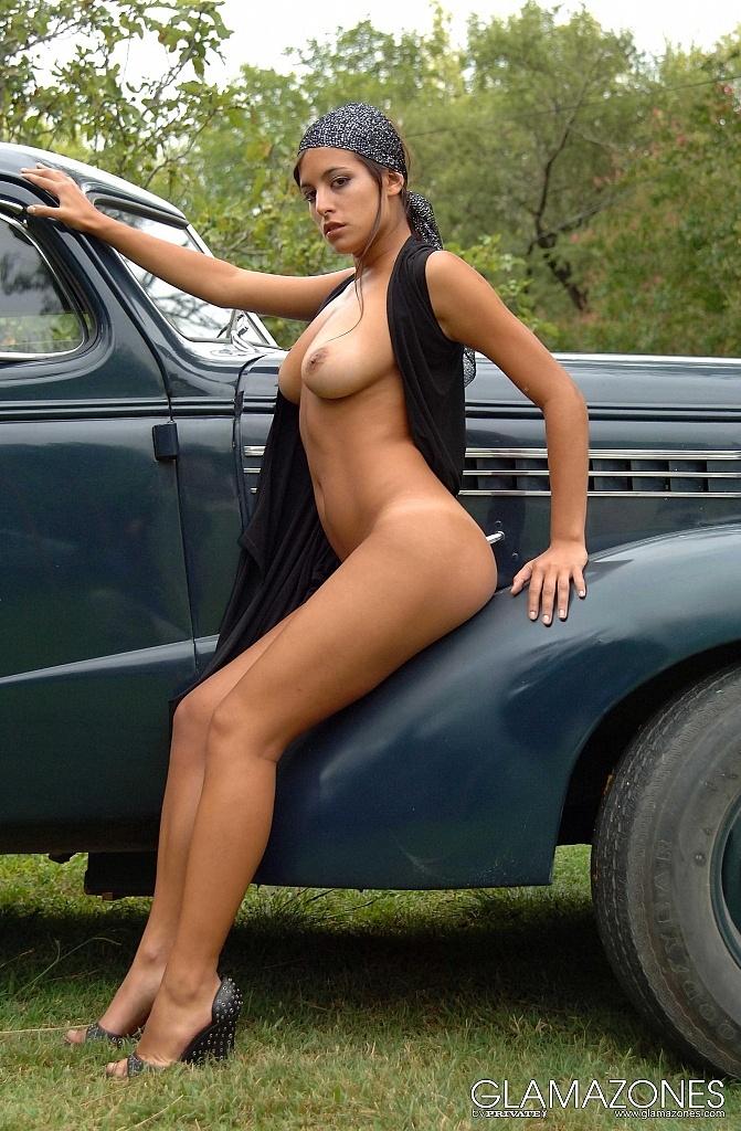 【海外エロ画像】販促効果はゼロw高い車より際立つ全裸の外人さんwww 01