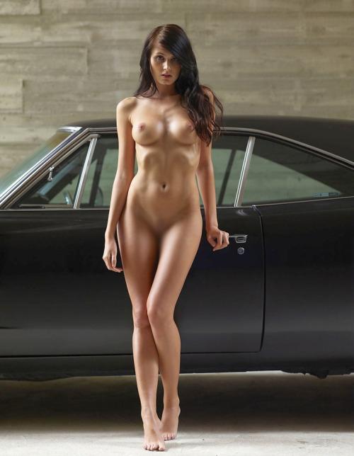 【海外エロ画像】販促効果はゼロw高い車より際立つ全裸の外人さんwww 04