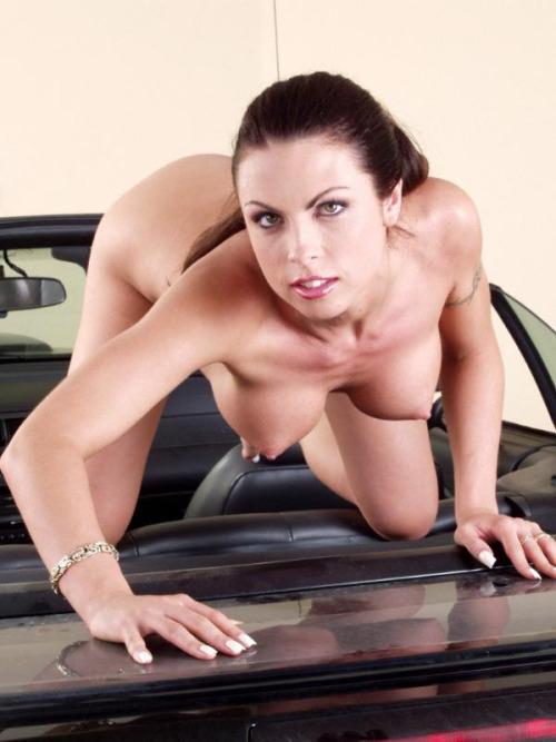 【海外エロ画像】販促効果はゼロw高い車より際立つ全裸の外人さんwww 06