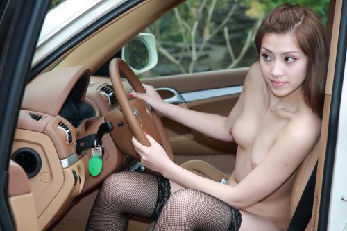 【海外エロ画像】販促効果はゼロw高い車より際立つ全裸の外人さんwww 07