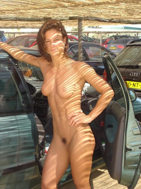 【海外エロ画像】販促効果はゼロw高い車より際立つ全裸の外人さんwww 10