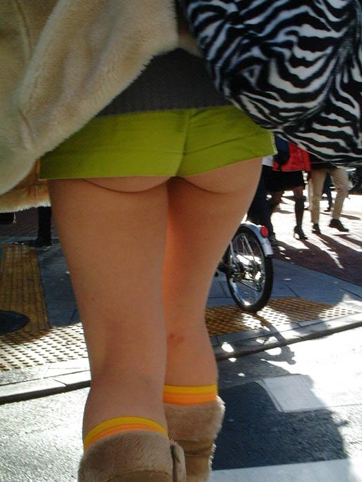 【着尻エロ画像】もっと激しくハミ出せばいいのにwホットパンツ女子のイイ尻www 06