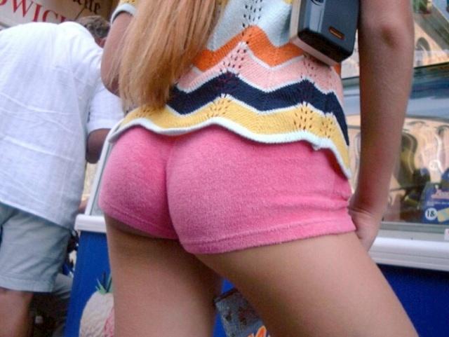 【着尻エロ画像】もっと激しくハミ出せばいいのにwホットパンツ女子のイイ尻www 07