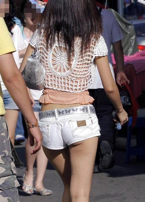 【着尻エロ画像】もっと激しくハミ出せばいいのにwホットパンツ女子のイイ尻www 09