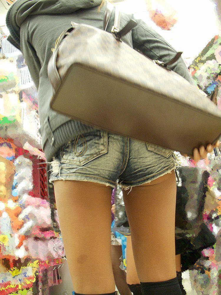 【着尻エロ画像】もっと激しくハミ出せばいいのにwホットパンツ女子のイイ尻www 11