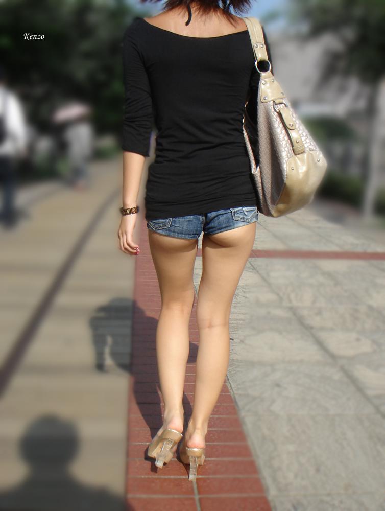 【着尻エロ画像】もっと激しくハミ出せばいいのにwホットパンツ女子のイイ尻www 13