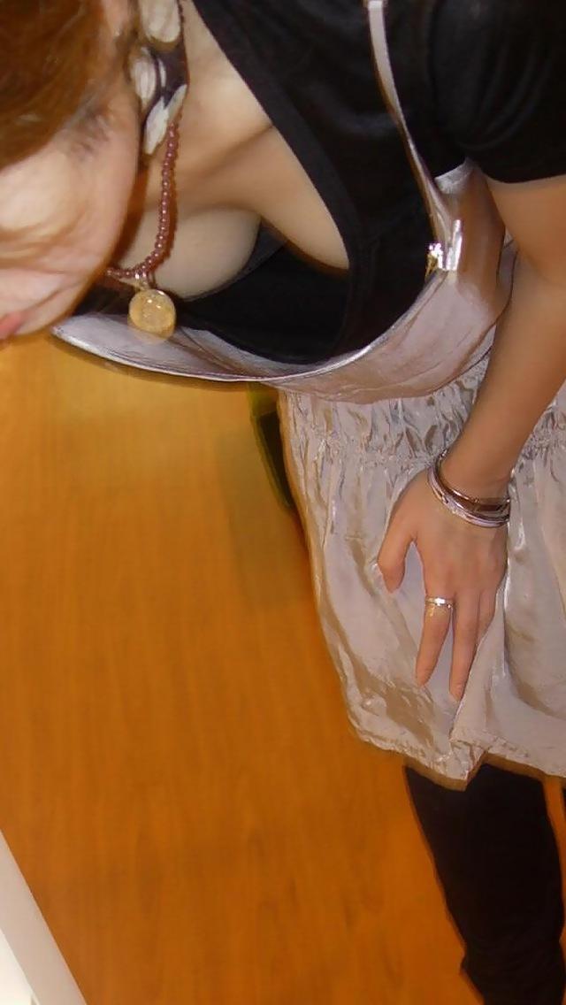 【胸チラエロ画像】緩めば視線が集まるw小さくても見ちゃう魅惑の胸元www 07