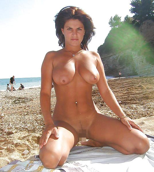 【海外エロ画像】勃ったら砂に埋まるか…全裸美女に耐え切れないヌーディストの楽園www 09
